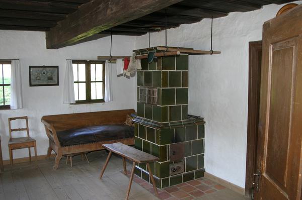 budowa pieca kaflowego w salonie